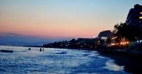 Turecka plaża o zachodzie słońca.