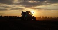 New Holland o zachodzie słońca